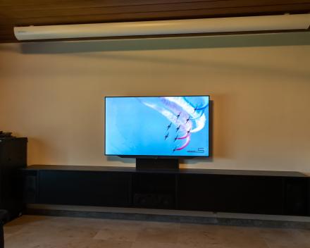 Televisie en projectie in één ruimte gecombineerd - Loewe.Bild 7.65 -  maatwerk meubel