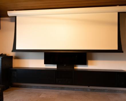 Televisie en projectie in één ruimte gecombineerd - Projecta scherm - Vivitek DK8500 : 4K laser projector